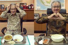 7 Gaya unik Dubes Jepang cicipi makanan Indonesia, jadi sorotan
