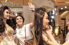 7 Momen Yuni Shara foto bersama patung replikanya, mirip nggak?