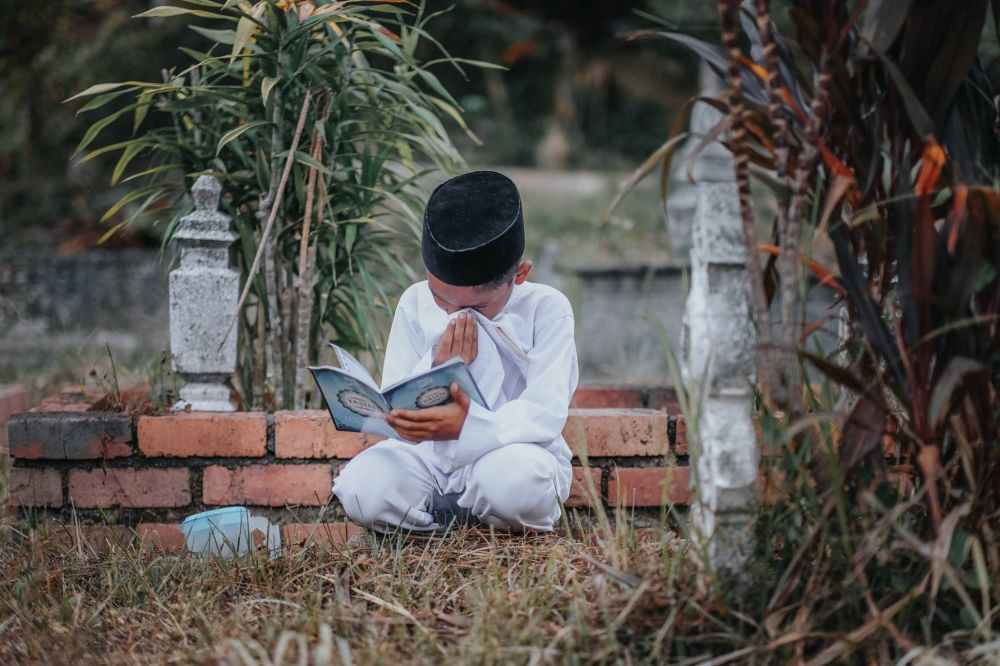 perjalanan bocah ke makam ibunya © Facebook/Atan Mukris