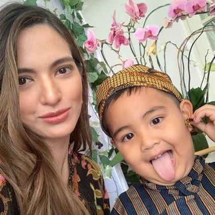 7 Potret Mainaka anak Nia Ramadhani pakai blangkon, imut abis