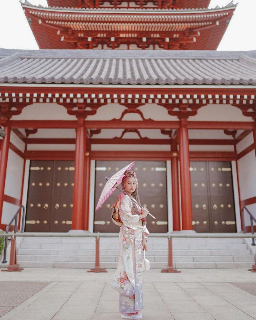 Potret Awkarin pakai kimono di Jepang © 2019 brilio.net