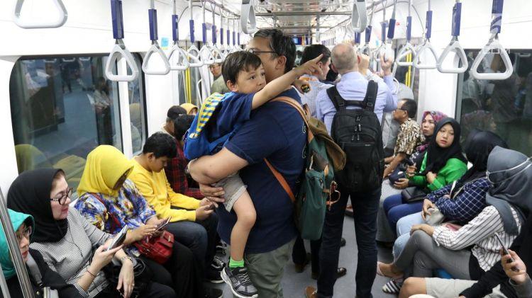 Khusus Ramadan, pengguna MRT dibolehkan buka puasa di kereta