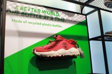 Wow, sol sepatu outdoor keren ini terbuat dari limbah botol plastik