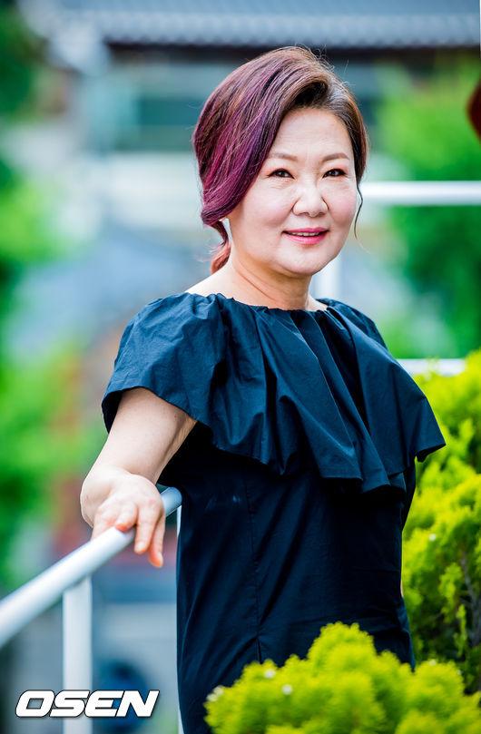 11 seleb senior ini selalu muncul di drama korea ikonik. Black Bedroom Furniture Sets. Home Design Ideas
