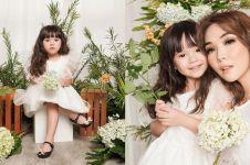 10 Gaya pemotretan Gempi bertabur bunga, ekspresinya bak model