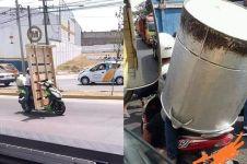 11 Tingkah lucu pengendara motor bawa barang besar, nyeleneh abis