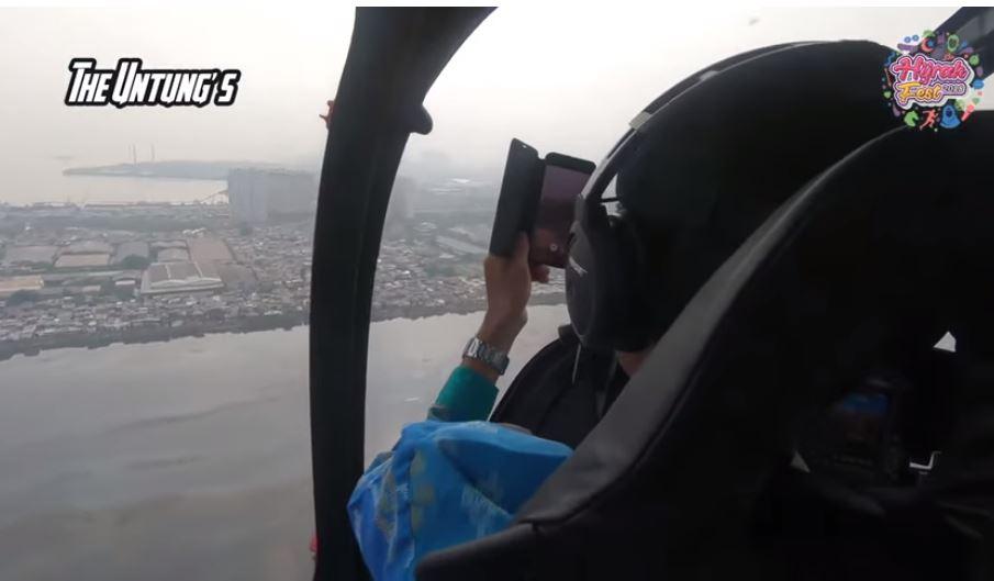 Arie Untung naik helikopter © 2019 brilio.net