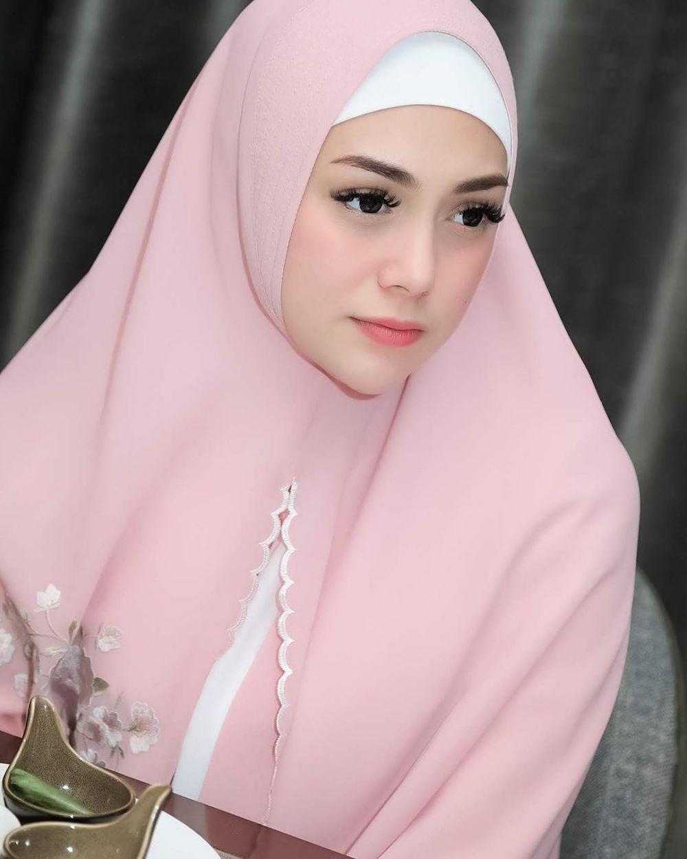13 Potret Seleb Nonmuslim Berhijab Tampil Cantik Dan Memesona