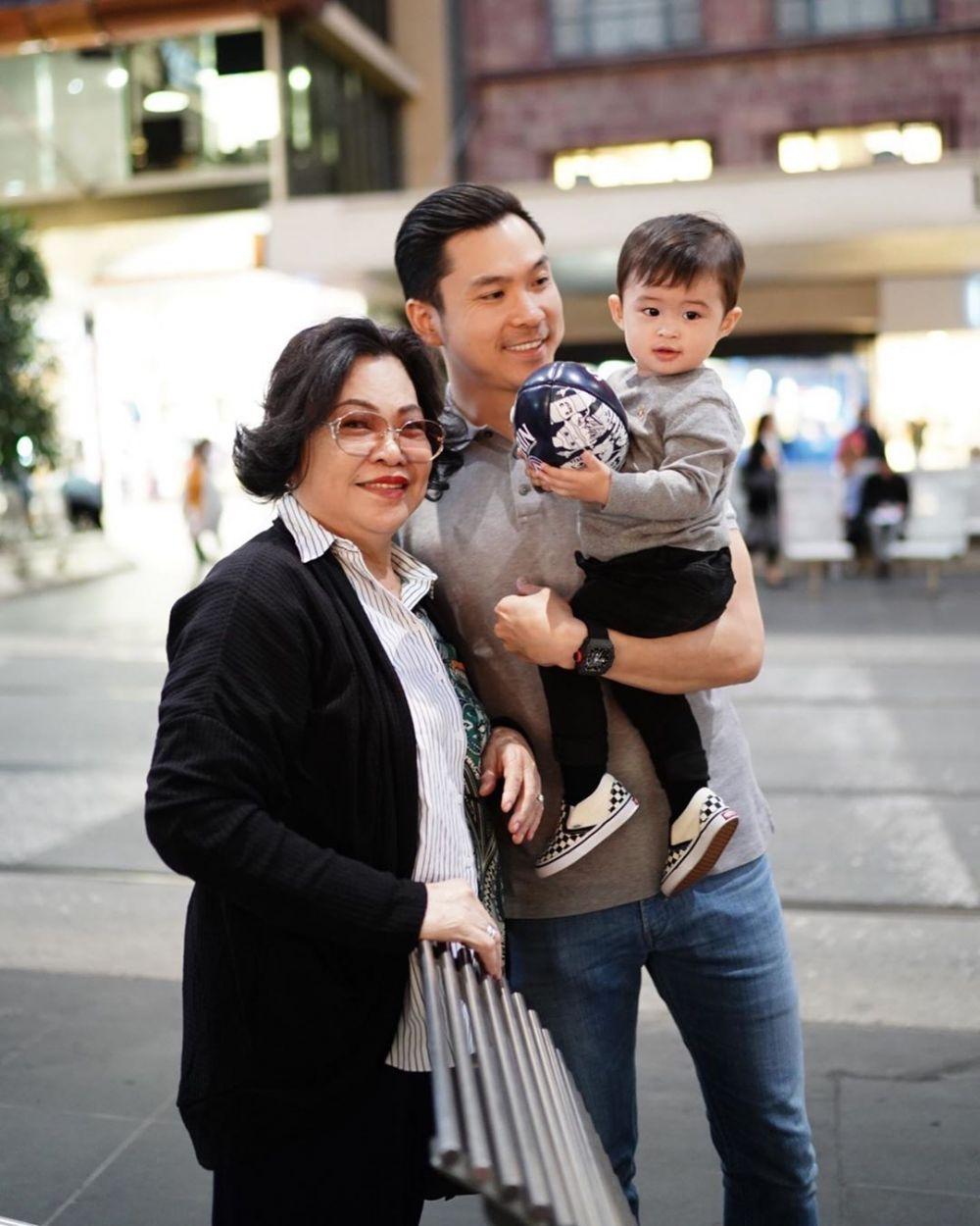 suami sandra dewi dan anaknya  © 2019 brilio.net