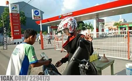 cara unik isi bensin © 2019 brilio.net