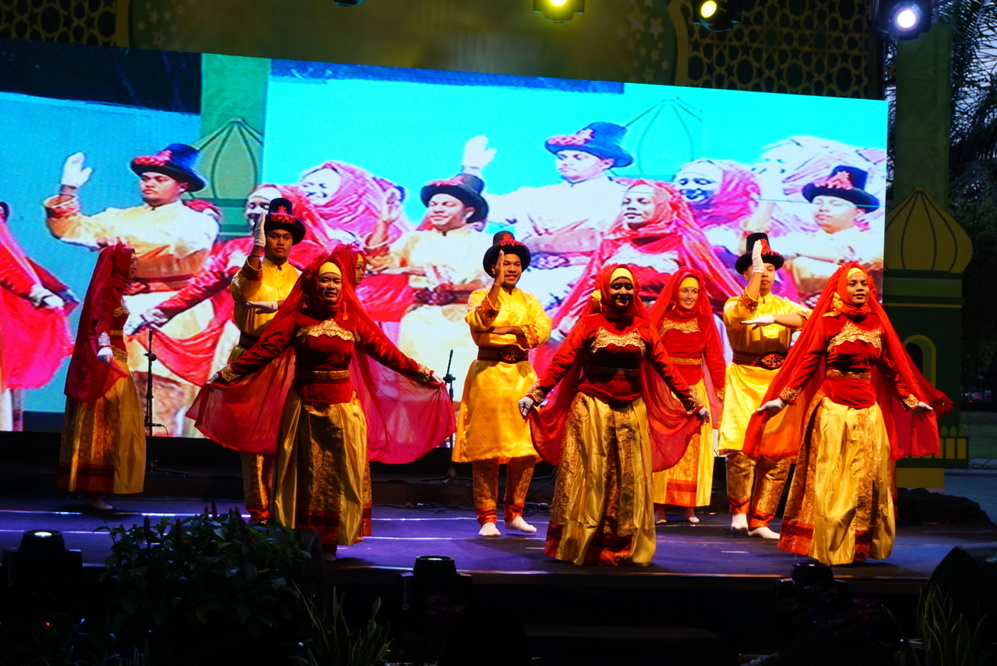 Cuma latihan 4 hari, mahasiswa bule sukses menari kuntulan  merdeka.com