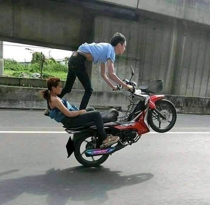 gaya sepasang kekasih naik motor © berbagai sumber