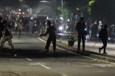 Kerusuhan pecah, tembakan gas air mata berbalas lemparan batu