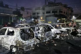 Demo rusuh, puluhan mobil hangus terbakar di komplek asrama Brimob