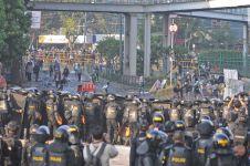 Potret polisi istirahat di sela demo Bawaslu ini bikin haru warganet