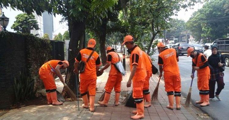 Bersih-bersih di tengah demo, aksi penyapu jalan ini curi perhatian