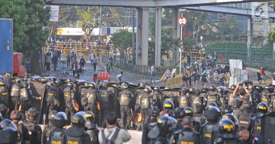 Detik-detik bus yang ditumpangi Brimob diserang massa Aksi 22 Mei