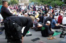 Tentara & polisi berbagi makanan buka dengan peserta aksi 22 Mei