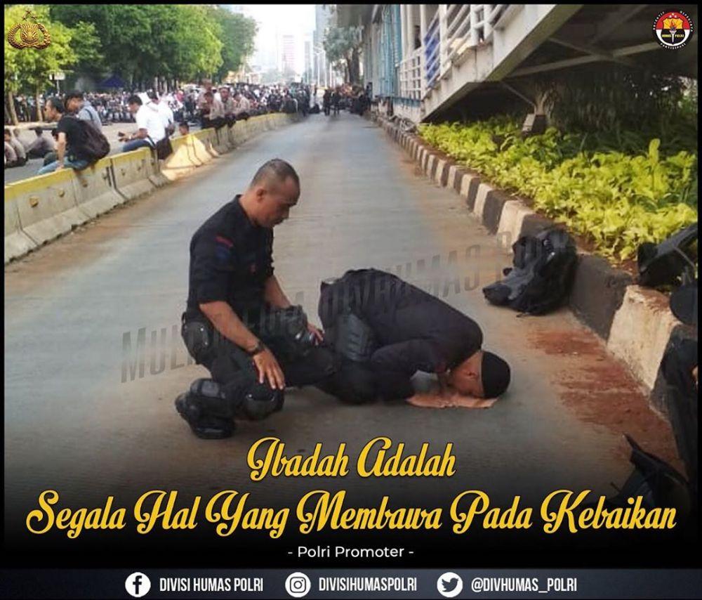 Momen personel TNI-Polri tunaikan salat istimewa