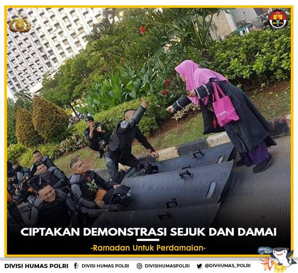 Momen humanis interaksi TNI-Polri   © 2019 brilio.net