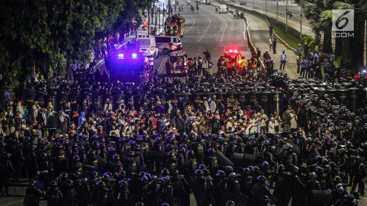4 Momen humanis interaksi TNI-Polri dengan peserta aksi 22 Mei