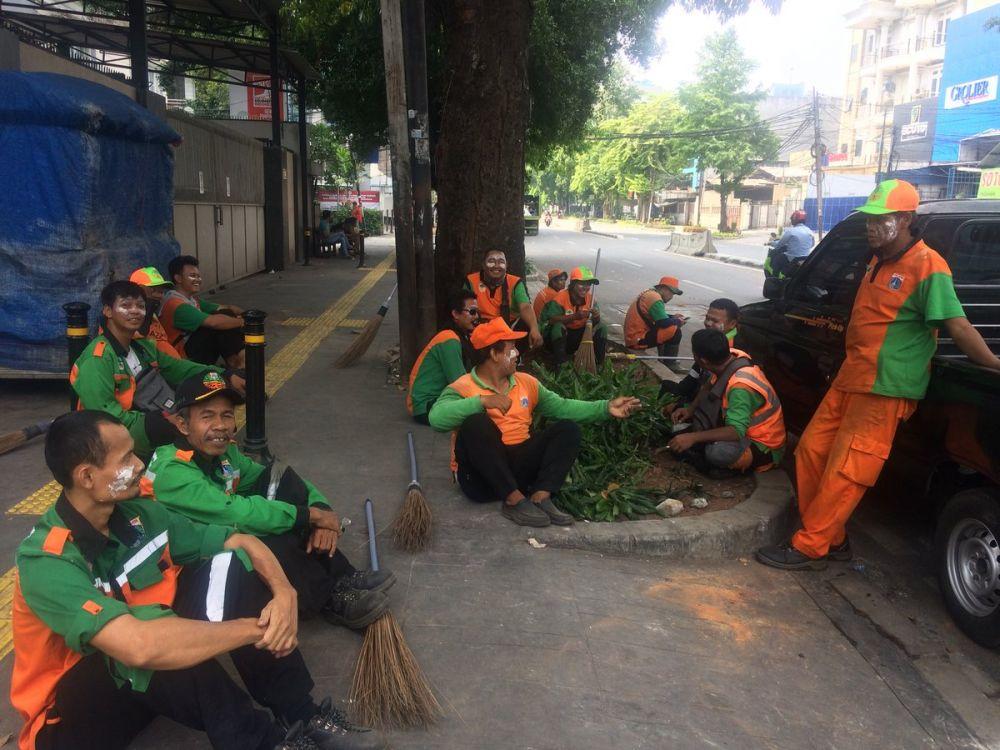 Foto para petugas kebersihan © 2019 brilio.net