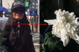 Viral, momen manis demonstran Aksi 22 Mei bagikan bunga ke warga
