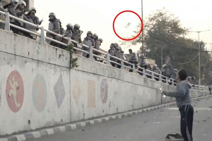 Momen haru warga bagikan minum ke polisi di sela Aksi 22 Mei