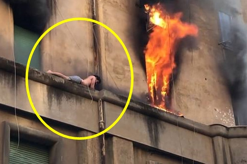 Video viral pria terjebak kebakaran di balkon lantai 3, bikin kalut
