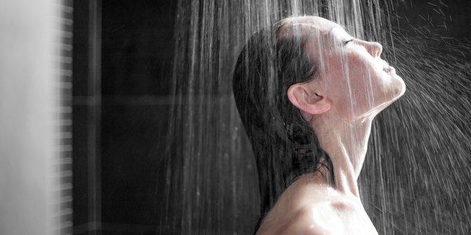 bahaya mandi sahur  © 2019 brilio.net berbagai sumber
