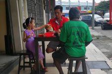 Viral foto ayah & anak ajak makan gelandangan, kisahnya bikin haru