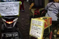 15 Potret pemudik dengan tulisan lucu di motornya, bikin geli