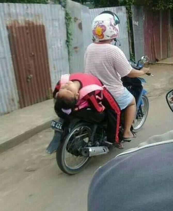 anak kecil tidur di motor © 2019 brilio.net