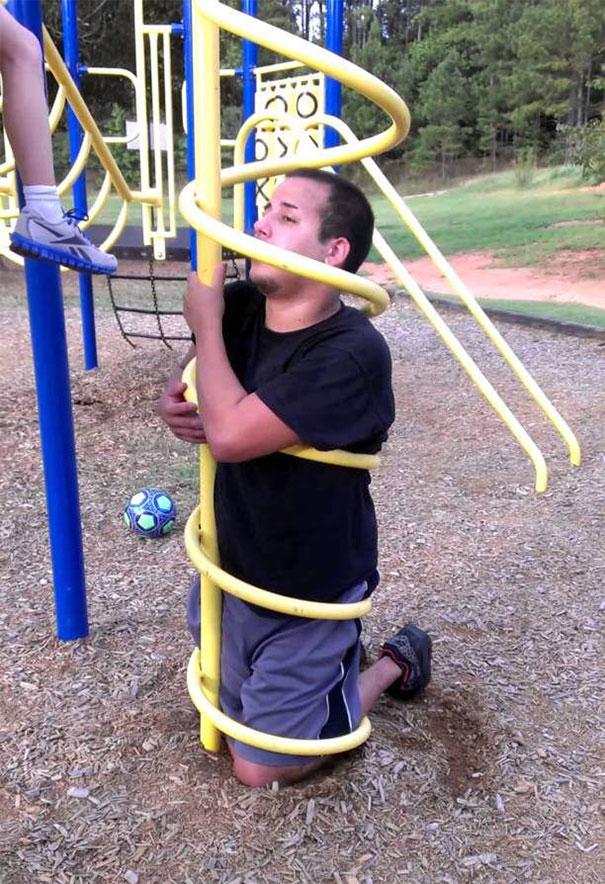 orang dewasa terjebak wahana anak kecil © boredpanda.com