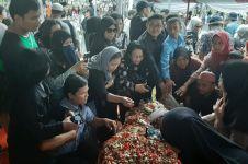 Banyak warga tabur bunga, nisan Ani Yudhoyono hampir terkubur