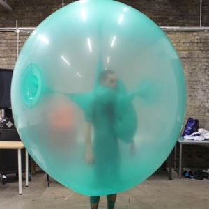 8 Gaun rancangan fashion desainer ini terbuat dari balon, keren