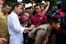 Momen tiga Presiden Indonesia pinjam punggung ajudan jadi 'meja'