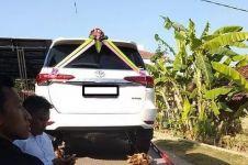 4 Kisah pernikahan orang biasa dengan mahar mobil mewah