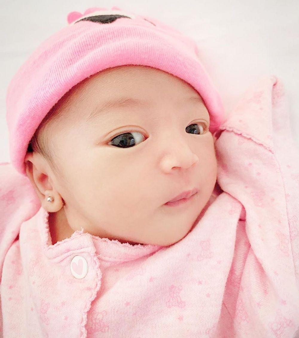 anting telinga bayi seleb © 2019 instagram