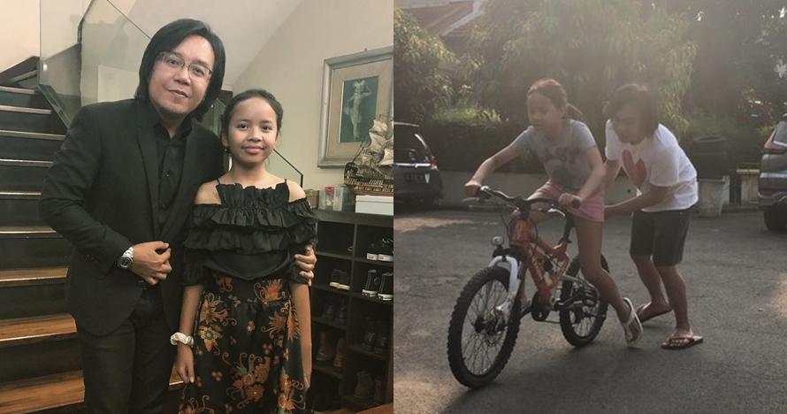 Ajari putrinya naik sepeda, aksi Ari Lasso malah bikin gagal fokus