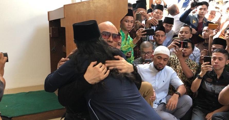 Momen Deddy Corbuzier menangis haru usai memeluk agama Islam