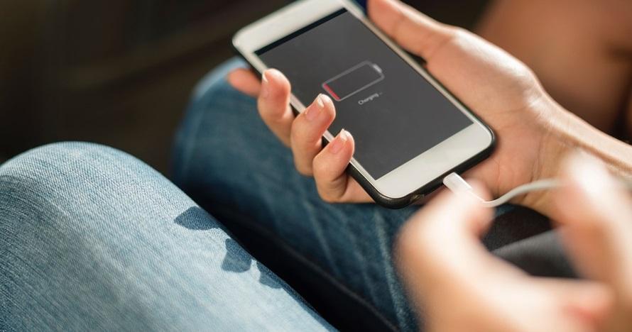 5 Cara mengisi baterai handphone yang benar agar tetap awet