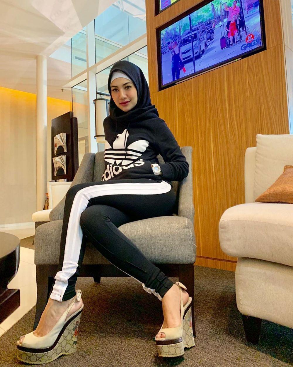 della perez pakai hijab © 2019 instagram