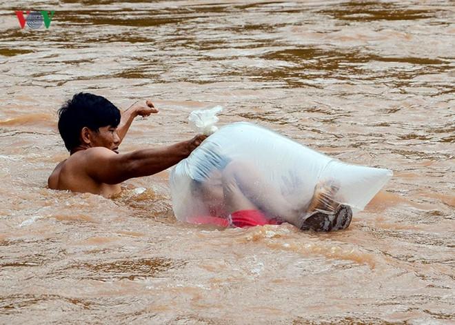Aksi pria bantu anak-anak seberangi sungai © 2019 brilio.net