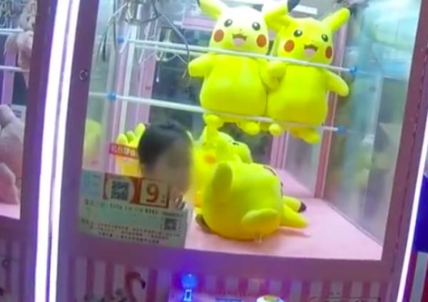 terjebak di mesin capit boneka © asiaone.com