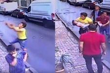 Aksi heroik pria tangkap balita yang jatuh dari lantai dua apartemen