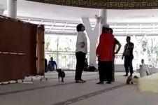 Mencari sang suami, wanita ini nekat bawa masuk anjing ke masjid