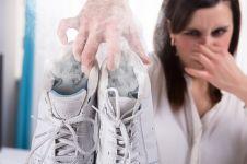6 Cara mengatasi bau kaki di sepatu dengan benda sehari-hari