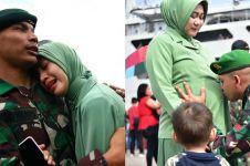 8 Potret haru prajurit TNI tinggalkan keluarga demi tugas negara