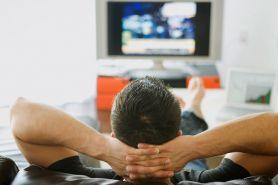 Penelitian: Nonton TV lebih berisiko dibanding duduk di kantor